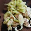 Rửa sạch sả, cắt lát xéo. Rắc sả đều lên đĩa bạch tuộc đang ướp. Thế là sơ chế xong món bạch tuộc nướng đá.