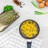 200gr bí đỏ gọt sạch vỏ, bỏ hết hạt rồi rửa sạch với nước. Cắt bí đỏ thành những miếng nhỏ rồi cho vào hấp cách thủy cho đến khi chín mềm. Khi bí đã chín và vẫn còn nóng, bạn cho vào tô dùng nĩa tán nhuyễn. Cho thêm 70gr bột nếp, 30gr bột năng và 1 quả trứng gà đã chuẩn bị vào tô bí đỏ vừa làm, trộn đều cho đến khi bột mịn và không còn dính tay.
