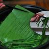 Rửa sạch lá chuối rồi đem luộc trong nước sôi 5p. Sau đó vớt ra ngâm ngay vào nước lạnh cho lá mềm, xanh. Lau khô lá rồi xé thành các miếng rộng 10-12xm. Lau lá thật khô. Một phần lá xé nhỏ để làm dây buộc.