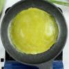 Cách làm bánh cuốn lá dứa nhân tôm nấm: Làm nóng chảo chống dính, quét một ít dầu ăn vào chảo. Sau đó, múc bột vào và dùng tay xoay chảo để bột dàn đều thành lớp mỏng. Đậy nắp và hấp chín khoảng 1 phút, đến khi bánh trở trong và rìa bánh róc khỏi thành chảo. Đổ bánh ra dĩa và tiếp tục tráng bánh đến khi hết bột.