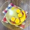 Đập 4 quả trứng gà và 1 lòng đỏ trứng vào âu lớn. Thêm 60gr đường và 1/4 muỗng cà phê muối vào âu. Dùng phới lồng đánh nhẹ nhàng đến khi đường tan hoàn toàn.