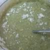 Sau khi đánh đều hỗn hợp bơ trứng, bạn tách ra làm 2 đổ vào 2 tô màu chanh dây và trà xanh. Tạm gọi tô 1 và tô 2.Tiếp theo bạn chia đôi nhúm muối nhỏ vào mỗi tô và khuấy đều hỗn hợp.