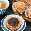 Vớt bánh khoai lang nhân đậu đỏ ra giấy thấm dầu. Làm tương tự với chỗ bột bánh còn lại.