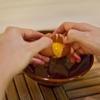 Trứng gà đập lấy lòng đỏ. Khoai lang rửa sạch, gọt vỏ, rửa sạch. Khoai lang rửa sạch, gọt vỏ, rồi hấp chín. Tiếp theo, bạn cho khoai vào bát nghiền nhuyễn và tán qua rây cho thật mịn.