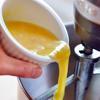 Trứng gà đánh tan rồi cho vào hỗn hợp bột, trộn thật đều. Có thể chia bột thành 2 phần để dễ trộn.