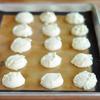 Dùng muỗng múc kem múc bột vào khay nướng có lót giấy nến/tấm nướng. Làm nóng lò ở 230ºC trong 10 phút. Sau đó cho bánh vào, nướng ở 175ºC. Thời gian nướng khoảng 25-30 phút.