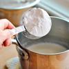 Cho dầu ăn, sữa tươi và muối vào nồi, đun trên lửa vừa, thỉnh thoảng khuấy đều. Khi thấy sữa nóng và gần sôi thì tắt bếp. Cho bột năng vào, trộn đều.