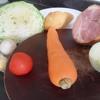 Chuẩn bị nguyên liệu. Cà rốt gọt vỏ rửa sạch cắt sợi dài. Bắp cải cũng rửa sạch cắt sợi. Dưa leo và cà chua cắt lát mỏng vừa ăn.