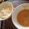 Cho cà rốt và báp cải cắt sợi vào tô lớn, thêm 2 muỗng canh sốt mayonnaise, 1/4 muỗng cà phê muối, 1/8 muỗng cà phê tiêu. Sau đó trộn đều hỗn hợp. Trứng đập ra chén, thêm 1/8 muỗng cà phê tiêu, 1 ít nước mắm đánh tan đều.