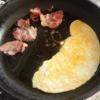 Thịt nguội cắt lát mỏng nhỏ cho vào chảo chiên chín. Cũng dùng chảo đó chiên trứng chín.