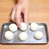 Cho bánh lên khay đã phết sẵn ít dầu ăn, rồi đặt vào một nồi nước đang sôi, hấp trong 8 phút là bánh chín.