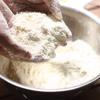 Trộn đều bột mì, bột nở, muối và đường với nhau. Cắt bơ thành từng khối nhỏ, cho vào âu. Dùng tay bóp nhỏ bơ, trộn với bột. Cho đến khi được các vụn bơ bột.