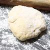 Đào một hố nhỏ giữa bột, cho sữa vào giữa, từ từ vừa đẩy bột xuống sữa, vừa trộn đều đến khi bột quện thành 1 khối.