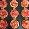 Múc một ít phần nhân kem cho vào trong nhưng không nên đầy quá nhé.Tiếp đó, lấy phần táo đã xếp nhẹ nhàng cuộn tròn lại để tạo hình hoa hồng và đặt lên trên phần nhân kem.