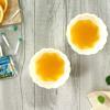 Múc hỗn hợp nước rau câu cam vani vào 1/3 hoặc 1/2 khuôn, cho khuôn vào tủ lạnh 10-15 phút. Sau khi mặt rau câu hơi đông lại, cho nhân sữa chua dẻo vào khuôn. Đổ tiếp phần nước rau câu đến đầy khuôn. Cho vào ngăn mát ít nhất 1 tiếng để bánh đông cứng hoàn toàn.