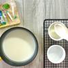 Múc hỗn hợp sữa chua vào các khuôn sứ (khuôn ramekin). Sau đó cho các khuôn sữa chua vào tủ lạnh ít nhất 1 tiếng để sữa chua đông lại.