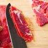 Thái thịt bò thành lát vừa ăn. Rắc baking soda vào với thịt bò, trộn đều rồi cho vào tủ lạnh trong 30' để ướp. Baking soda sẽ giúp cho thịt bò mềm hơn.