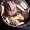 Cho các loại gia vị nước lèo vào tô và đổ 125ml nước sôi, ngâm trong 10 phút. Sau đó đổ vào miếng vải mùn và cột túm lại (hoặc đổ trực tiếp vào nồi xương). Sau đó, lấy nước xương vừa đun, cho thêm thịt giò vào nồi kèm củ hành và đầu hành. Đun sôi cỡ 1-2 tiếng đồng hồ.