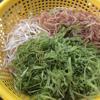 Bắp chuối bào, rau muống xé sợi, giá đỗ nhặt, rửa sạch, để ráo qua một bên. Sả đập dập, cắt khúc. Hành tím bóc vỏ, đập dập.