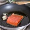 Bắc chảo lên bếp, cho dầu ăn vào, đợi dầu sôi thì cho cá vào áp chảo. Khi thấy cá vàng 2 mặt thì tắt bếp.