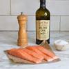 Rửa sạch cá hồi, thái thành khứa vừa ăn. Thấm khô. ướp cá hồi với muối và tiêu. Chờ khoảng 15 phút cho cá hồi thấm vị.