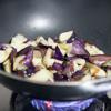 Đun nóng 2 muỗng canh dầu ăn, cho cà tím vào xào. Đảo đều tay với lủa vừa cho đến khi cà mềm thì vớt ra.