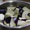 Cà tím cắt miếng to nhưng vừa ăn, cho vào ngâm khoảng 10 phút trong chậu nước có pha chút muối cho cà không bị thâm. Sau đó vớt ra, sả qua nước lạnh rồi để ráo.
