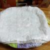 Cắt đậu thành lát mỏng khoảng 1cm và xếp đậu vào khay có lót 1 lớp khăn trắng kế tiếp là 1 lớp giấy nến. Luôn xếp đậu có khoảng cách từ 5mm đến 1cm. Đậy lên đậu 1 lớp khăn trắng rồi dùng màng bọc thực phẩm bọc kín khay đậu.