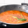 Phi thơm hành tím, tỏi với 2 muỗng canh dầu ăn, cho cà chua đã thái hạt lựu vào xào từ 7-10 phút cho đến khi cà chua mềm, ra nước. Cho 1 lít nước vào một nồi lớn, đổ cà chua vào rồi đến khi sôi. Tiếp tục cho nấm, hành tây, cần tây vào nấu cùng khoảng 10 phút (có thể thêm một chút muối và tiêu vào trước).