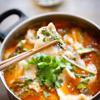 Canh cá trắm nấu chua cay với thịt cá trắm chín thơm ngon, bùi béo, nước canh nóng hổi, vị chua chua, cay cay hấp dẫn. Thích hợp làm món canh tuyệt vời cho những chiều ngày lạnh.
