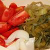Dưa cải xả với nước sạch vài lần, vắt khô rồi cắt nhỏ vừa ăn. Cà chua rửa sạch, cắt múi cau. Hành tây lột vỏ, cắt múi cau.