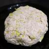 Đậu hũ trắng sau khi rửa sạch, thấm khô bớt nước thì dùng tay bóp nhỏ cho vào tô. Hành boa rô rửa sạch, xắt nhỏ cho vào cùng đậu hũ, thêm 75g bột khoai tây, 3g muối, 3g đường, 5g tiêu và trộn đều lên. Tiếp đó cho 60g bột mì, 2 muỗng dầu ăn vào trộn lên và nhào thành khối chắc chắn. Chia hỗn hợp thành 2 phần bằng nhau và cuốn trong bao nilon thành hình tròn.