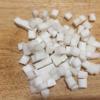 Cùi dừa chia làm đôi, một phần cắt hạt lựu, một phần xắt sợi. Cho 120g bột năng vào tô cùng 10g bột gạp, trộn đều, tạo một miệng giếng ở giữa, chế nước đun sôi vào từ từ rồi trộn đều bột và nhào thật kĩ thành khối bột dẻo mịn, mượt. Sau ngắt thành từng miếng bột nhỏ, ép dẹp rồi đặt 1 miếng cùi dừa vào vo tròn lại.