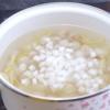 Cho 100gr đường, lá dứa và gừng cắt sợi vào nấu sôi, sau khi nước đường sôi thì cho từng viên chè bột lọc vào. Thêm 50gr cùi dừa cắt nhỏ vào cho chè bột lọc thêm ngon miệng là đã hoàn thành xong chè bột lọc nhân dừa và đậu phộng.