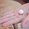 Cho một miếng bột nhỏ ra tay, ấn dẹp miếng bột ra cho một viên đậu phộng và cùi dừa vào, gói lại và lăn tròn thành viên nhỏ. Làm tương tự như vậy cho đến hết nhân. Hoặc là bạn có thể bọc riêng từng nhân cùi dừa và đậu phộng.