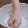 Trộn đều 100ml nước sôi vào 200gr bột năng, sau đó cho thêm 50ml nước sôi vào rồi nhào cho mịn.