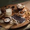 Đầu tiên là bạn tiến hành cắt nhỏ chocolate đen ra trước nhé! Ngoài nguyên liệu marshmallow dễ tìm ra thì các loại bánh trang trí chân, tay và sừng người tuyết bạn cần mua loại sao gần giống với hình là được.