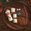 Mỗi người tuyết bạn cần 3 cái kẹo marshmallow. Sau đó dùng kẹo màu và bánh để trang trí mắt, mũi, miệng, chân tay như trong hình là được.