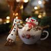 Cho một ít kem vừa đánh vào cốc, rót vào cacao nóng cho đầy. Thả thêm người tuyết marshmallow vào nữa là hoàn tất nhé! Những ngày mùa đông lạnh mà có được ly thức uống không chỉ ngon miệng, ấm lòng mà đặc biệt còn rất đáng yêu thì còn gì bằng.