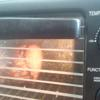 Tổng thời gian nướng thịt là 120 phút. Trong đó, cứ 30 phút là lấy thịt ra phết hỗn hợp lên rồi mới nướng tiếp. Khi thời gian nướng được 90 phút thì tăng nhiệt độ nướng lên 180 độ C để lớp ngoài thịt được giòn.