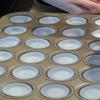 Cho cốc giấy vào khuôn, cho hỗn hợp trên vào 2/3 mỗi cốc, nướng trong 12 phút.
