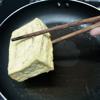 Đun nóng 100g ml dầu ăn, cho các miếng đậu hũ vào chiên chín vàng đều các mặt thì vớt ra.