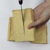 Đậu hũ rửa sạch, dùng khăn thấm khô nước rồi dùng dao cắt nhiều đường song song với nhau lên 1 mặt của rộng của miếng đậu hũ.
