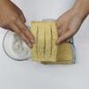 Dùng tay thoa hỗn hợp muối tiêu và bột ngọt lên đều các mặt và khe hở đã cắt của miếng đậu hũ.