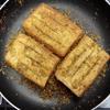 Khi sả thơm và hơi ráo lại thì cho các miếng đậu hũ vào, đảo nhẹ tay. Dùng muỗng múc sả nhồi vào trong khe hở của đậu hũ chiên. Hạ nhỏ lửa, trở liên tục miếng đậu hũ cho áo đều sả là được khoảng 5-10 phút là được.