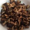 Nấm hương khô ngâm nở, rửa sạch, cắt hạt lựu. Nấm đùi gà cắt gốc, cắt hạt lựu. Gừng cắt sợi. Ớt băm nhuyễn. Làm nóng chảo với dầu mè, cho gừng và ớt vào phi thơm rồi cho nấm đùi gà, nấm hương vào xào. Sau đó nêm 4 muỗng nước tương, 2 muỗng hạt nêm, 1 muỗng đường, 2 muỗng ớt sa tế. Đảo thât đều cho thấm gia vị.