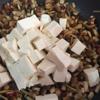 Đậu hũ ngon rửa sạch, cắt miếng nhỏ vừa ăn và cho vào chảo nấm, đảo nhẹ để đậu hũ không bị nát và thấm gia vị hơn. Tiếp đó cho 200ml nước lọc vào, để sôi đến khi nước hơi sệt lại thí tắt bếp.