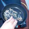 Làm nóng chảo, lấy phần nước dầu sa tế vào xào (hoặc dầu ăn bình thường cũng được). Sau đó cho hỗn hợp gia vị tỏi vào chảo rang cho vàng thơm.