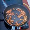 Rang thêm 1-2 phút sau đó vớt ra dĩa để nguội từ 5 - 10p là có thể dùng đậu phộng rang tỏi ớt được. Một số bạn làm đậu phộng dính lại với nhau, là do các bạn không cho dầu hoặc cho dầu quá ít, nên đậu không tơi, bạn chú ý phần này nha.