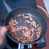 Phi đến khi hành tỏi có màu ngả vàng thì cho đậu phộng vào. Lưu ý đảo tay liên tục, với lửa nhỏ, nếu không đậu phộng rang tỏi ớt sẽ khét mà bên trong chưa chín.